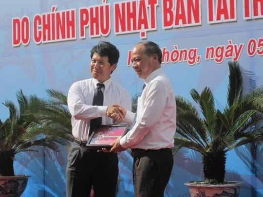 Công sứ kinh tế Nagai (trái) và Thứ trưởng Bộ Nông Nghiệp và phát triển Nông thôn Vũ Văn Tám tại buổi lễ