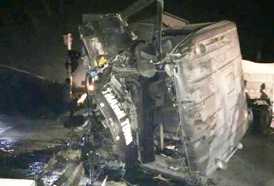 Đầu chiếc xe tải nát bét sau khi tàu hỏa tông - Ảnh: T.Sơn