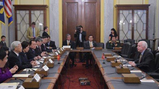 Tổng Bí thư Nguyễn Phú Trọng gặp Thượng nghị sĩ John McCain tại Trụ sở Quốc hội Mỹ - Ảnh: AFP