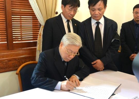 Tổng Bí thư Nguyễn Phú Trọng viết sổ tang chia buồn cùng gia đình ông Nguyễn Bá Thanh