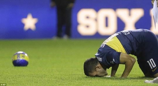 Tevez cúi đầu cảm tạ tình cảm của người hâm mộ Boca Junior dành cho mình