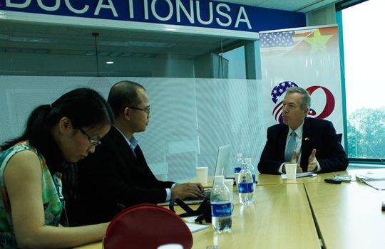 Đại sứ Mỹ tại Việt Nam Ted Osius (ngoài cùng, bên phải) khẳng định Việt Nam có nhiều tiềm năng để thu lợi ích lớn nhất từ TPP. Ảnh: Thu Hằng