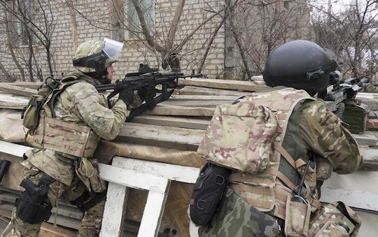 Lực lượng an ninh Nga đột kích vào một ngôi nhà ở khu vực Dagestan. Ảnh: RIA Novosti