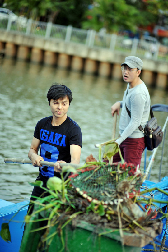 Võ Minh Lâm dọn rác giữa sông