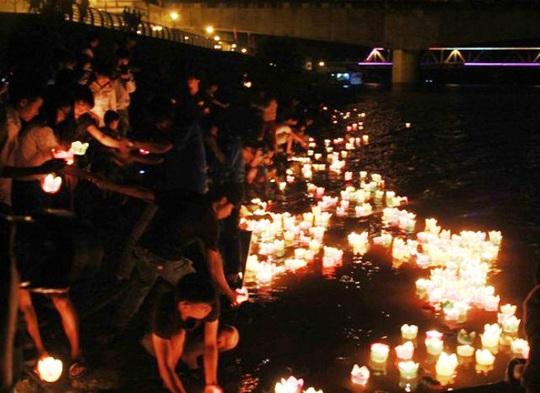 Hơn 10.000 chiếc đèn hoa đăng được thả xuống sông Mã để tưởng nhớ các liệt sĩ hi sinh bảo vệ cầu Hàm Rồng