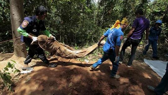 Thủ tướng Malaysia Najib Razak tuyên bố sẽ tìm ra những kẻ phải chịu trách nhiệm về những ngôi mộ tập thể. Ảnh: Reuters