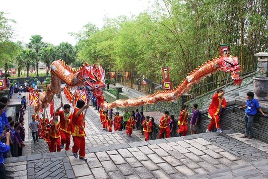 Dẫn đầu đoàn diễu hành là hai con rồng uốn lượn.