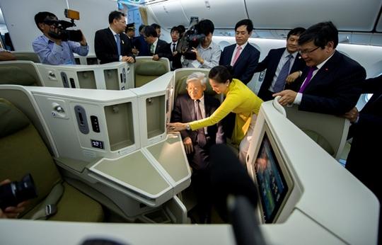 Tổng bí thư tham quan nội thất siêu máy bay Boeing 787-9 Dreamliner