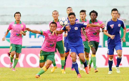 Đồng Tháp (áo hồng) giành chiến thắng trước vua sân khách Quảng Ninh