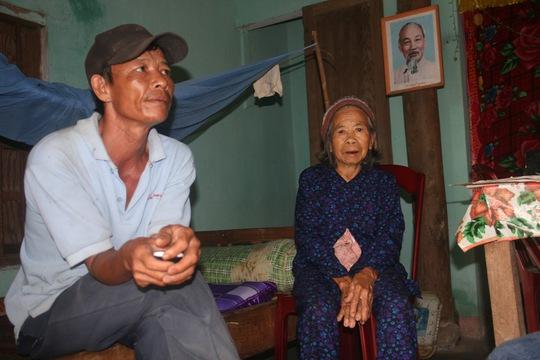 Cụ Nguyễn Thị Dần cùng ông Hồ Văn Phước kể lại câu chuyện cuộc trở về sau 45 năm bị thất lạc của chị em bà Trà.