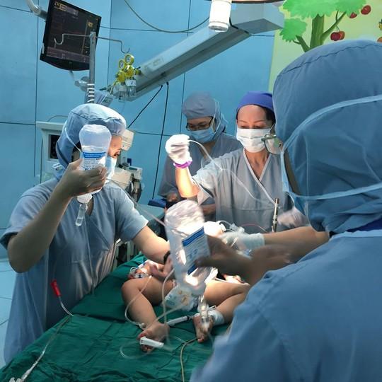 Cháu bé đang được các bác sĩ phẫu thuật khẩn cấp.