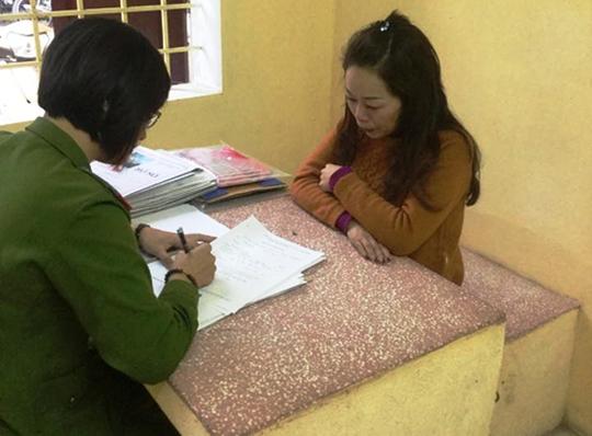Bà Lê Thị Ninh (phải), tự xưng là cán bộ Sở Nông nghiệp và Phát triển nông thôn tỉnh Thanh Hóa, đã lừa đảo và chiếm đoạt hàng tỉ đồng của nhiều người muốn xin vào cơ quan nhà nước làm việc Ảnh: Tuấn Minh