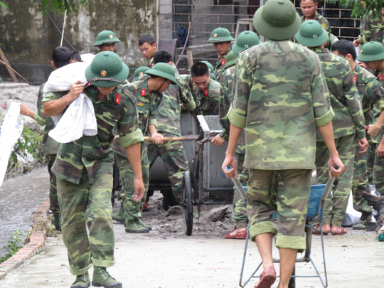 Lực lượng quân đội hỗ trợ tỉnh Quảng Ninh khắc phục hậu quả mưa lũ  Ảnh:  Trọng Đức