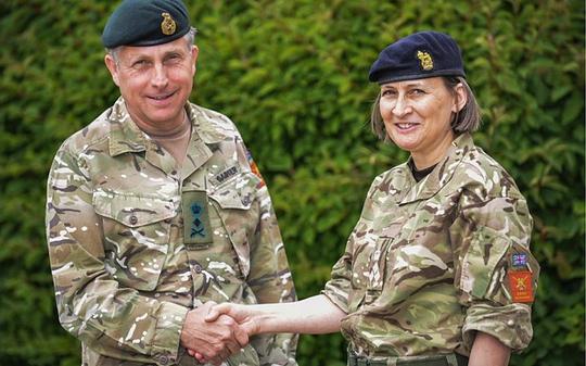 Bà Susan Ridge (phải) sẽ trở thành nữ tướng đầu tiên của nước Anh. Ảnh: MoD