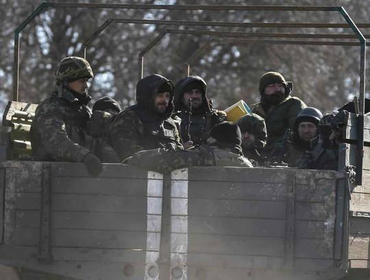 Xe tải quân sự thuộc Cộng hòa Nhân dân Donetsk tự xưng rút khỏi Donetsk, miền Đông Ukraine Ảnh: REUTERS