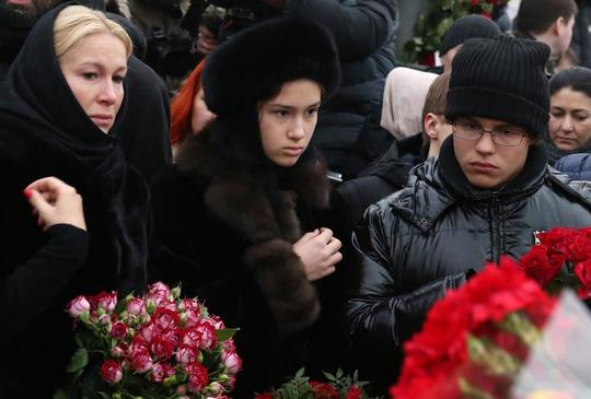 Bà Ekaterina Odintsova và 2 con đến tiễn biệt ông Boris NemtsovẢnh: ITAR-TASS