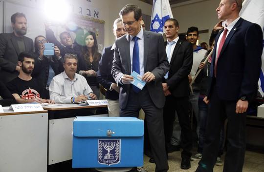 Ông Isaac Herzog bỏ phiếu Ảnh: Reuters
