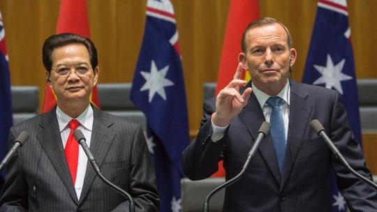 Thủ tướng Nguyễn Tấn Dũng và Thủ tướng Úc Tony Abbott tại buổi họp báo sau cuộc hội đàmẢnh: AP