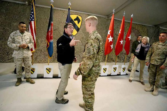 Bộ trưởng Quốc phòng Ashton Carter trò chuyện với các quân nhân Mỹ ở Afghanistan hôm 22-2 Ảnh: AP