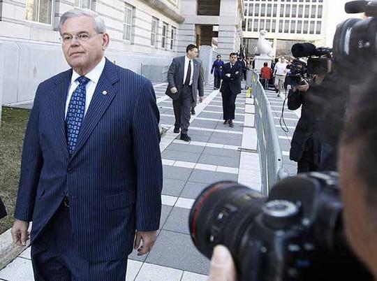 Thượng nghị sĩ Bob Menendez rời tòa án liên bang ở TP Newark, bang New Jersey hôm 2-4.Ảnh: NJ.com