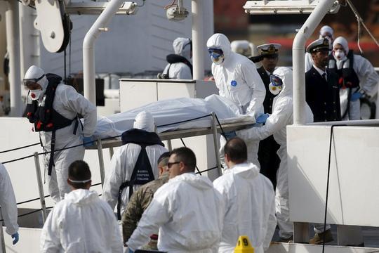 Các binh sĩ Malta đưa thi thể nạn nhân tới cảng Valletta của nước này hôm 20-4Ảnh: REUTERS