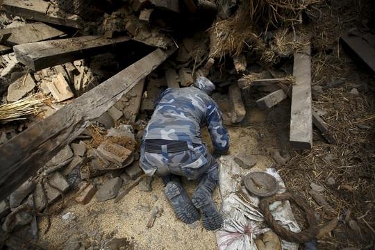 Nhân viên cứu hộ hôm 26-4 đào bới để tìm người sống sót sau thảm họa động đất tại TP Bhaktapur - NepalẢnh: Reuters
