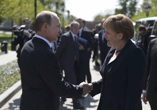 Tổng thống Nga Vladimir Putin và Thủ tướng Đức Angela Merkel tại lễ đặt vòng hoa trên mộ chiến sĩ vô danh ở Moscow hôm 10-5Ảnh: REUTERS