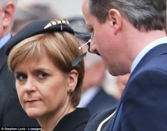 Thủ tướng Anh David Cameron và bà Nicola Sturgeon tại lễ kỷ niệm 70 năm kết thúc Thế chiến thứ haiẢnh: DAILY MAIL