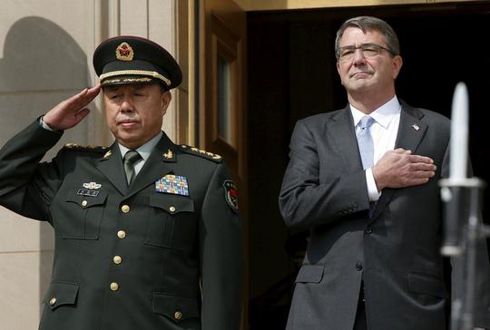 Bộ trưởng Quốc phòng Mỹ Ashton Carter (phải) đón tiếp tướng Phạm Trường Long tại Lầu Năm Góc hôm 11-6Ảnh: REUTERS