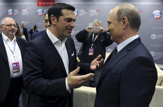 Thủ tướng Hy Lạp Alexis Tsipras (trái) gặp gỡ Tổng thống Nga Vladimir Putin bên lề Diễn đàn Kinh tế quốc tế ở St. Petersburg - Nga tối 19-6Ảnh: REUTERS