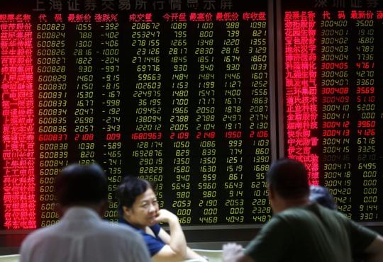 Người chơi chứng khoán Trung Quốc lo âu theo dõi thị trường Ảnh: EPA