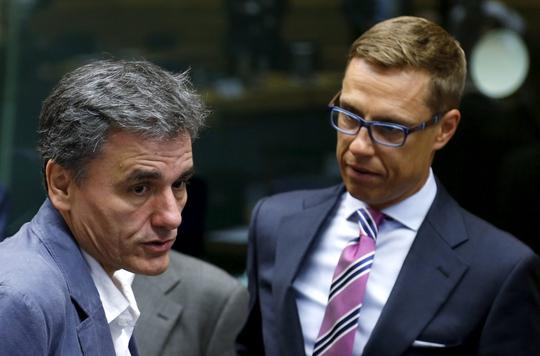 Bộ trưởng Tài chính Hy Lạp Euclid Tsakalotos (trái) trò chuyện với người đồng cấp Phần Lan Alexander Stubb tại cuộc họp Eurogroup ở Brussels-Bỉ ngày 12-7Ảnh: REUTERS