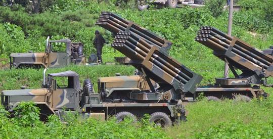 Hàn Quốc triển khai hệ thống tên lửa đa nòng (MLRS) ở gần biên giới với Triều Tiên hôm 23-8Ảnh: REUTERS