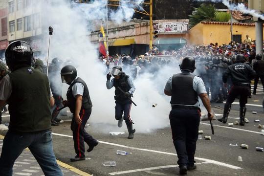 Cảnh sát đụng độ với người biểu tình ở TP San Cristobal hôm 12-2 Ảnh: REUTERS