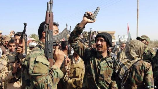 Hàng chục ngàn binh sĩ Iraq và các tay súng Shiite tập trung ở thị trấn Samarra hôm 1-3 Ảnh: Reuter