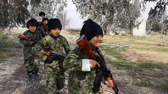 Trẻ em từ Đông Nam Á học sử dụng vũ khí trong đoạn video của IS Ảnh: AZZAM MEDIA
