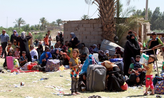 Người dân TP Ramadi chạy trốn bom đạn đến ngoại ô thủ đô Baghdad hôm 17-5Ảnh: REUTERS