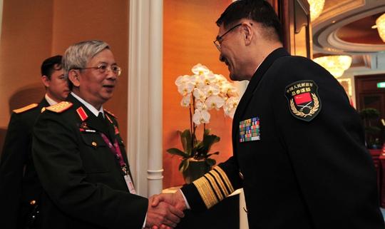 Thượng tướng Nguyễn Chí Vịnh, Thứ trưởng Bộ Quốc phòng Việt Nam, gặp Đô đốc Tôn Kiến Quốc, Phó Tổng tham mưu trưởng Quân đội Trung Quốc, hôm 29-5 Ảnh: TÂN HOA XÃ