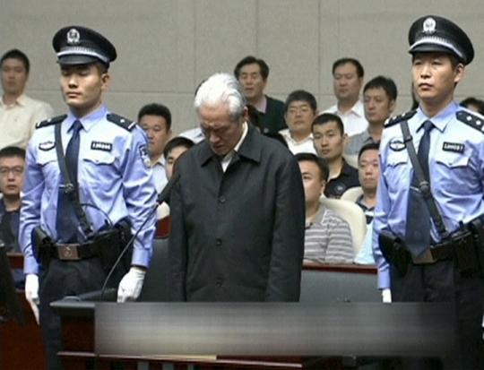 Ông Chu Vĩnh Khang cúi đầu tại phiên tòaẢnh: Reuters