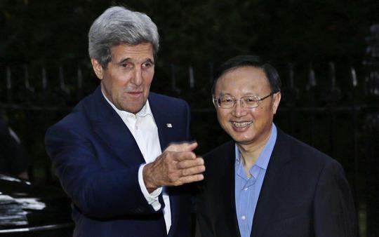Ngoại trưởng Mỹ John Kerry (trái) và Ủy viên Quốc vụ viện Trung Quốc Dương Khiết TrìẢnh: AP