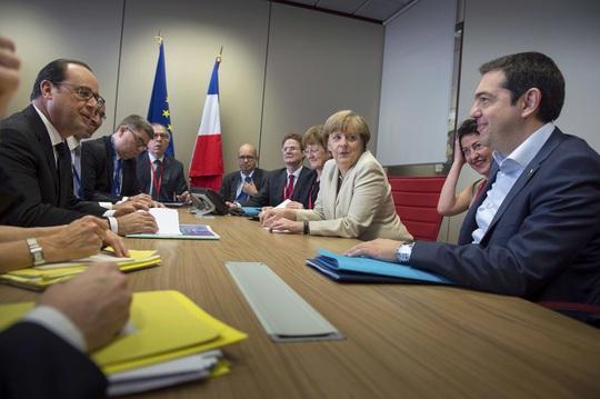 Thủ tướng Hy Lạp Alexis Tsipras (phải) hội đàm với Thủ tướng Đức Angela Merkel và Tổng thống Pháp Francois Hollande (trái) ở Brussels hôm 26-6Ảnh: REUTERS