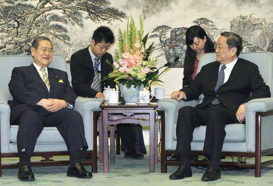 Chủ tịch Chính hiệp Trung Quốc Du Chính Thanh tiếp chính trị gia đảng Dân chủ Tự do (LDP) Takeshi Noda ngày 29-6 Ảnh: KYODO