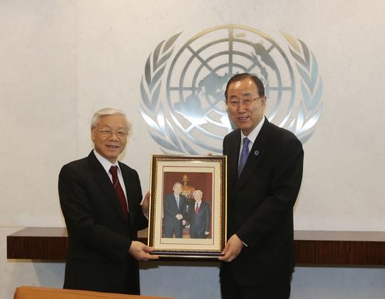 Tổng Bí thư Nguyễn Phú Trọng tặng ảnh cho Tổng Thư ký Liên Hiệp Quốc Ban Ki-moonẢnh: TTXVN