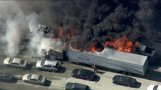 Cháy rừng tràn lên đường liên bang số 15 ở phía Nam bang California – Mỹ chiều 17-7 Ảnh: KTLA