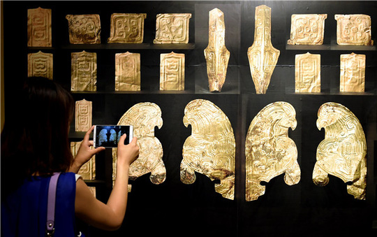 Khách tham quan 32 đồ trang trí bằng vàng vừa được trao trả ở Viện Bảo tàng tỉnh Cam Túc vào tuần trước Ảnh:  CHINA DAILY