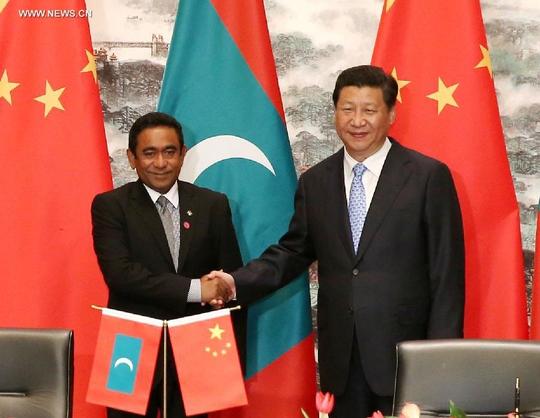 Tổng thống Maldives Abdulla Yameen (trái) bắt tay Chủ tịch Trung Quốc Tập Cận Bình trong chuyến thăm Giang Tô – Trung Quốc năm 2014 Ảnh: Tân Hoa Xã