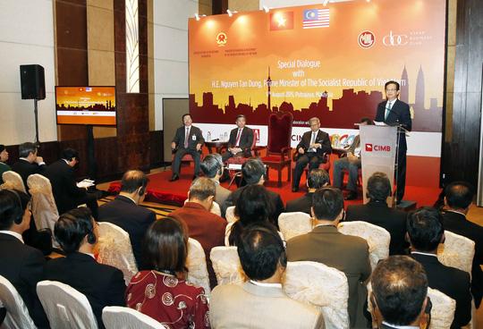 Thủ tướng Nguyễn Tấn Dũng phát biểu tại buổi đối thoại với Câu lạc bộ Doanh nhân ASEAN và các tập đoàn lớn của Malaysia Ảnh: TTXVN