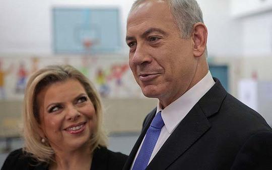 Thủ tướng Israel Benjamin Netanyahu (phải) cùng vợ là bà Sara. Ảnh: AP