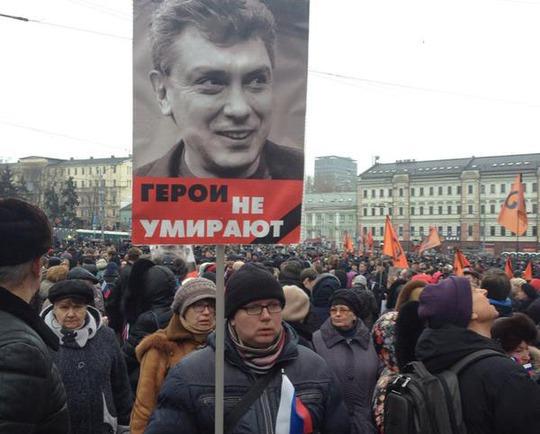 Hàng ngàn người tham gia cuộc tuần hành tưởng niệm cựu phó thủ tướng Nga Boris Nemtsov hôm 1-3 Ảnh: KP