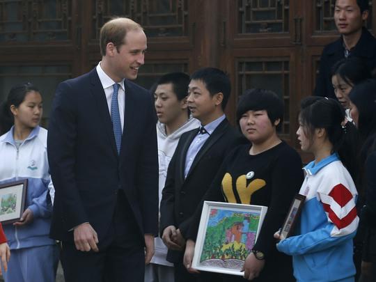 Hoàng tử William gặp một số trẻ em Trung Quốc tại Bắc Kinh hôm 2-3 Ảnh: Reuters